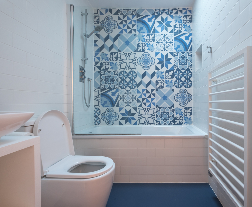 Baldosas hidráulicas en pared de ducha