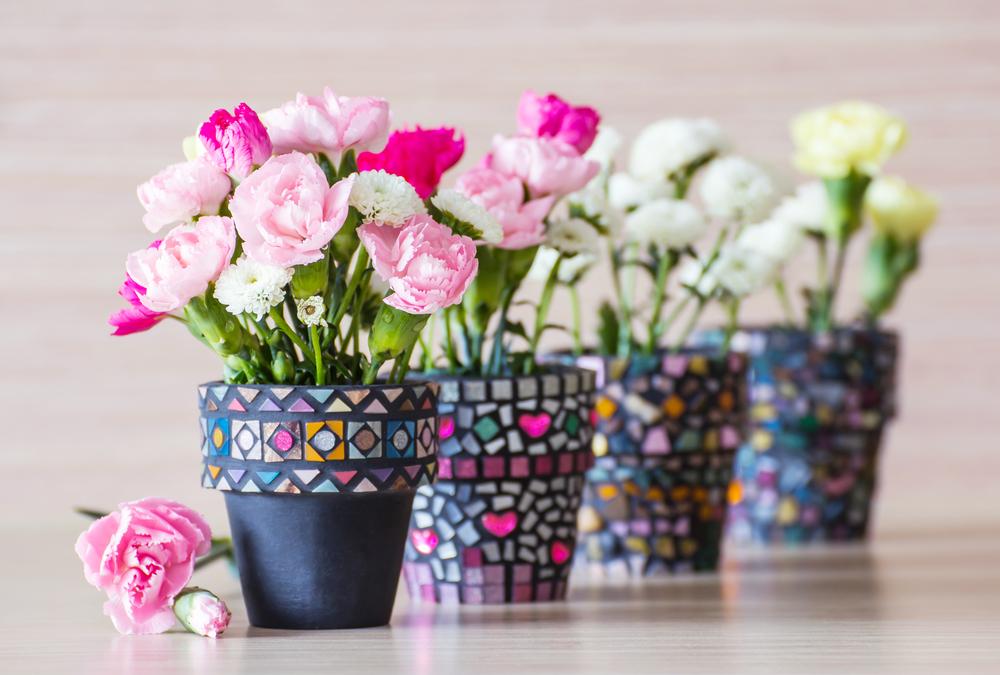 Mosaicos de colores en macetas de jardín