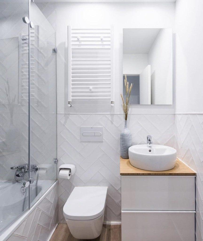 Revestimiento blanco azulejos baño